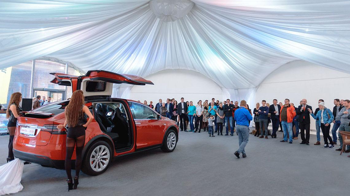 Модульный пол из дерева в шатре Tesla
