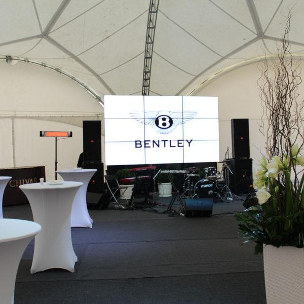 Модульный пол из дерева в шатре Bentley